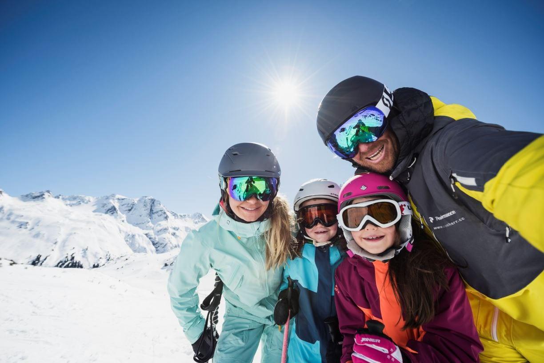 משפחה גולשת סקי